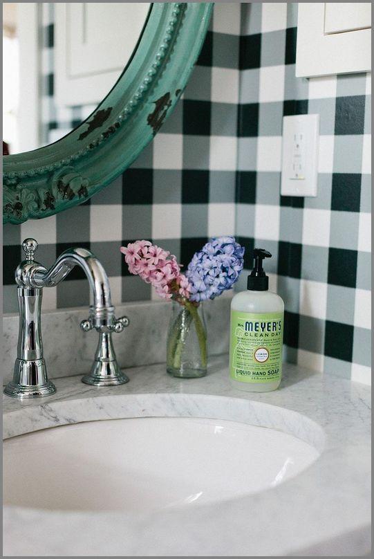 tapeta w kratę w łazience