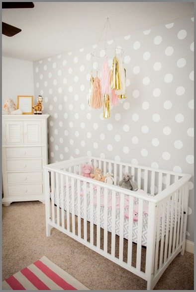 tapeta w grochy w pokoju niemowlaka